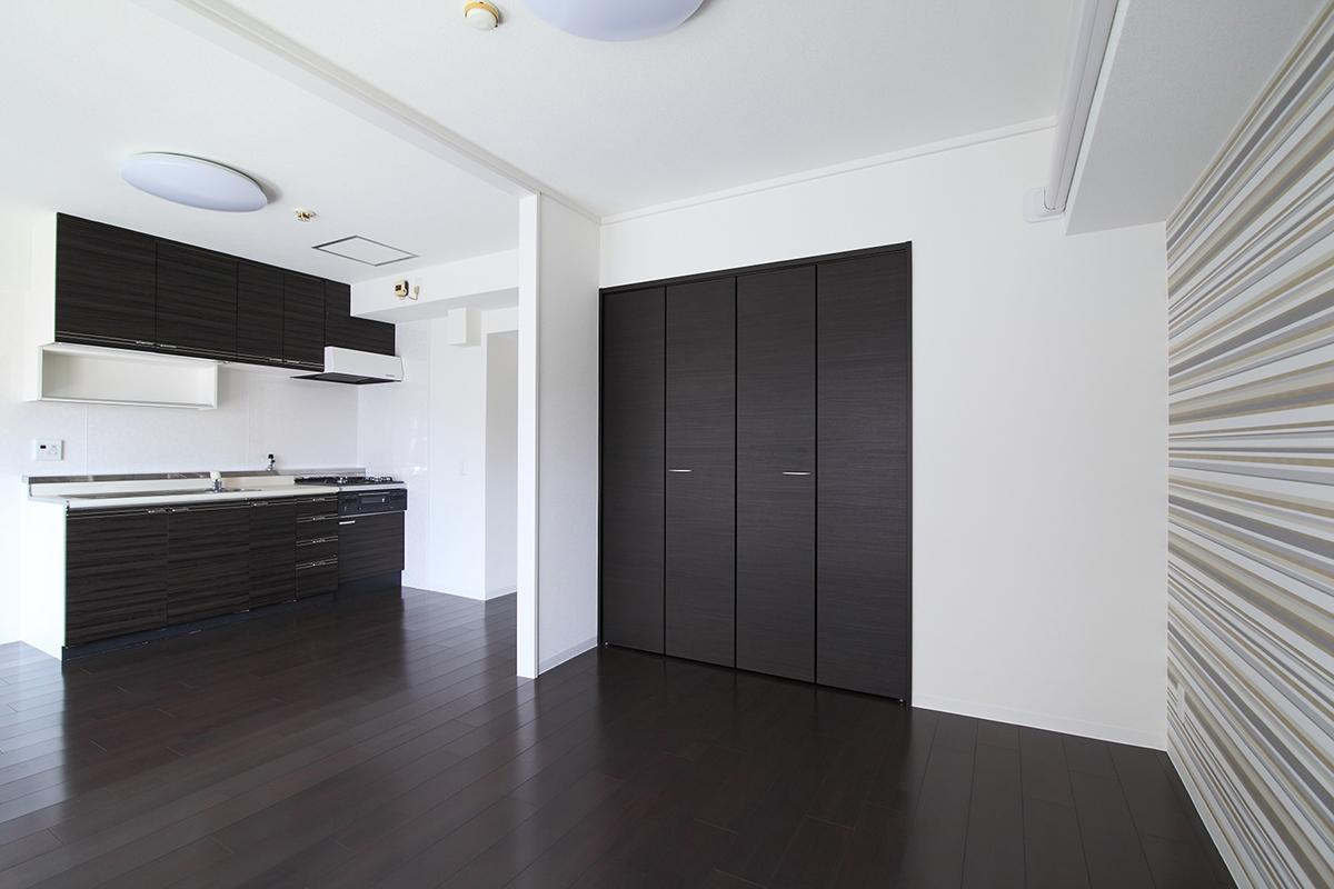 完成:クローゼット扉:中途半端に残っていた和室の押し入れは、クローゼットに。