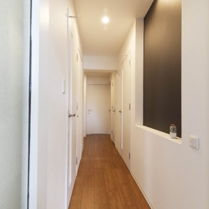 廊下にはスポットライトを付けた黒板スペースを。