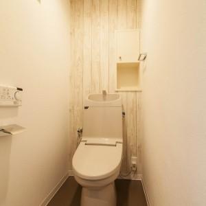 トイレ本体はまだ新しいので内装だけを交換。収納扉も棚中もシートで色目を合わせた。