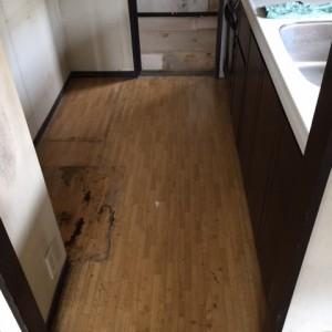 床のCFはもちろん、壁もみな油汚れ。
