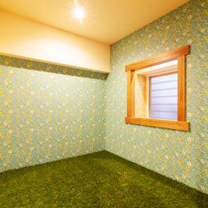天井、壁と大胆なクロスの貼分け。床は40mm程の長さがある人工芝。
