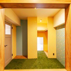 土間の開口から見ると寝室、ウォークインクローゼット、LDKへと風と光が抜けていくのがわかる。