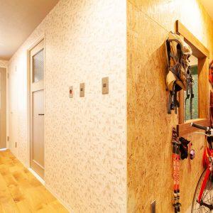 アウトドアで使用したグッツはそのまま土間に収納。オーナーは棚を設置して小物置場にする予定。