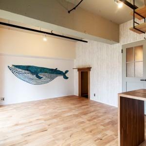 旧和室。天井塗装、壁アクセントクロス貼り。右に見える小さな開口は、秘密基地のような寝室への入口。