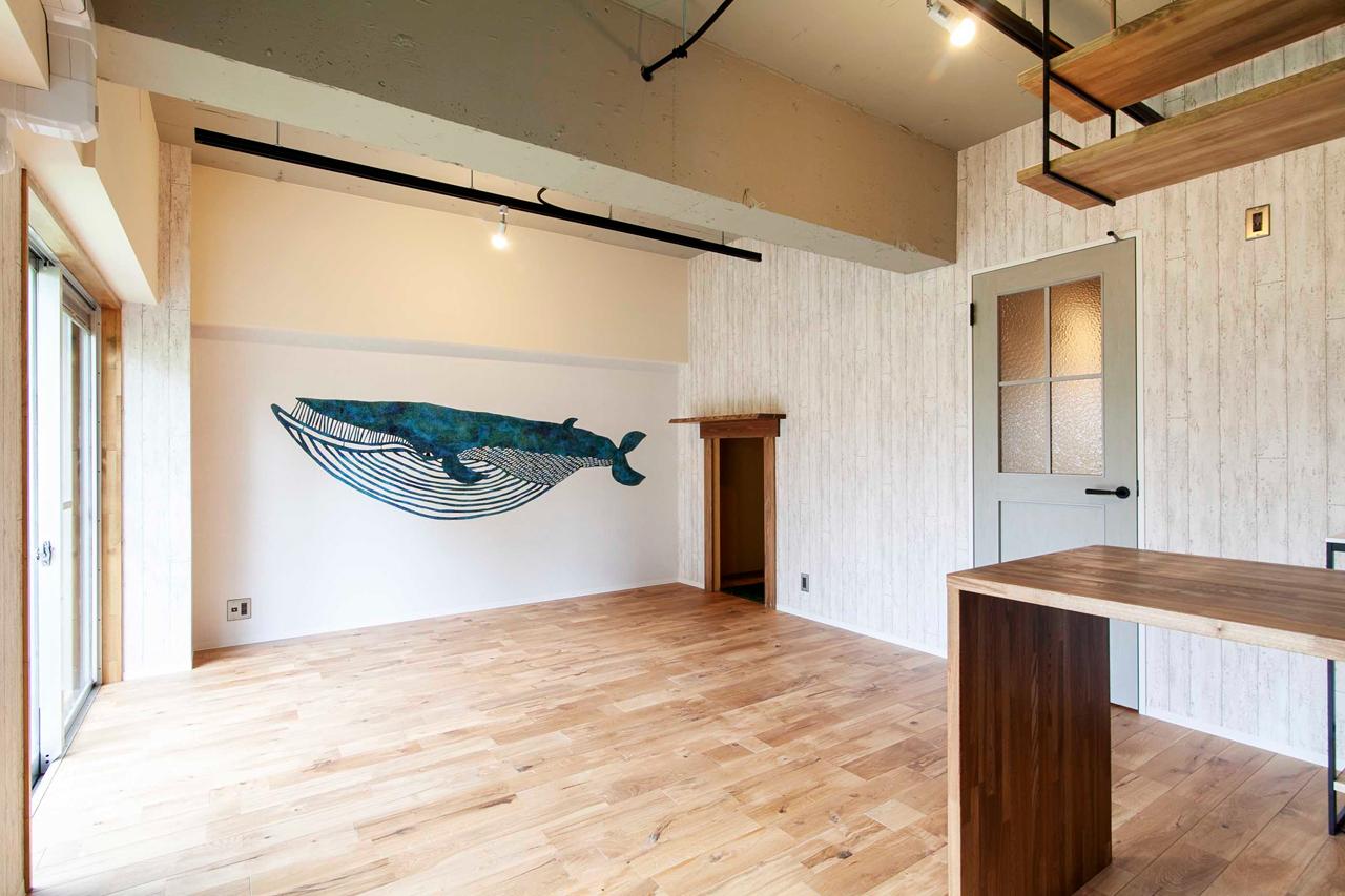 完成:リビング:旧和室。天井塗装、壁アクセントクロス貼り。右に見える小さな開口は、秘密基地のような寝室への入口。