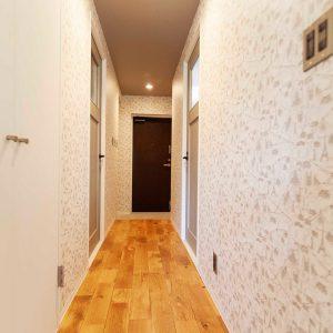 アンティーク風なドアの色に合わせて天井を同色でクロス貼り。