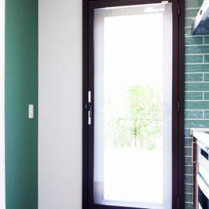 左右をタイルとクロスで貼り分け。お母さまの好きな緑色で統一。