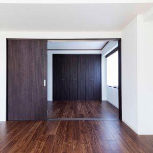 木部は建材と同色に塗装。床上げして敷居の段差は解消。