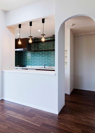 台所:開け閉めが大変な吊り戸は外し、オープン棚を設置。お母様の身長に合わせて使いやすい高さに。