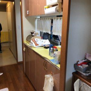 背の高い収納棚で、キッチンが暗い印象